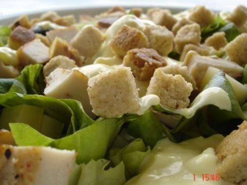 Salata verde cu pui si sos picant de iaurt