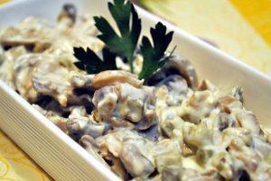 Salata de ciuperci cu usturoi si verdeata