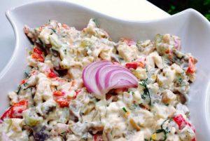 Salata de pui cu ciuperci si castraveti murati